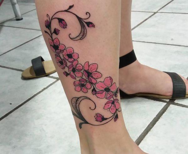 Kirschblüten Tattoo am Unterschenkel für Frauen
