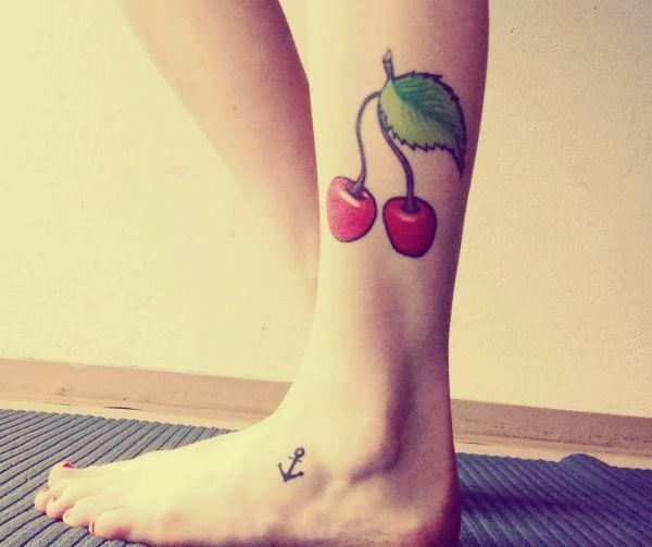 Kirsche Tattoo Design am Unterschenkel