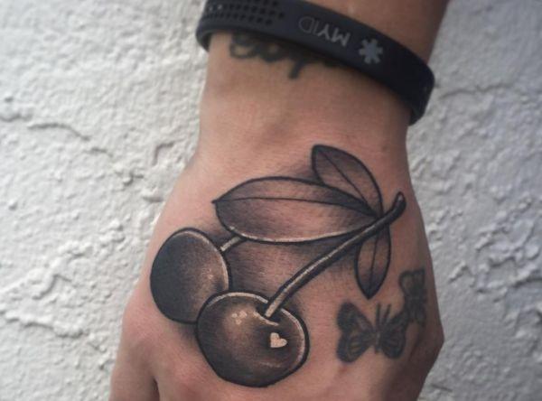 Kirsche Tattoo mit Herz auf Hand