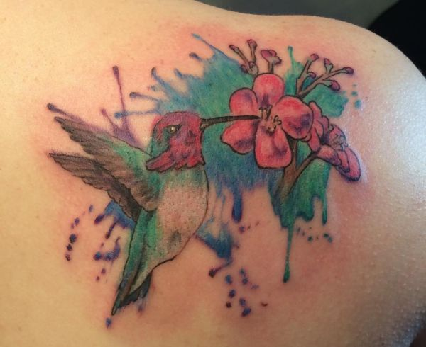 Tattoo Hibiskusblüte mit Kolibri am Schulterblatt