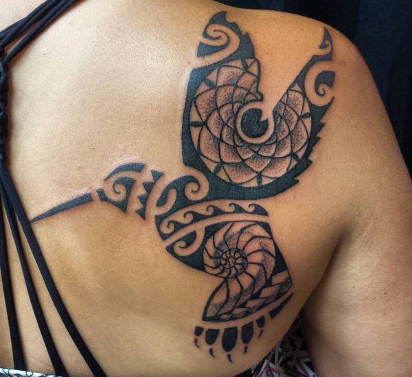 Tribal Kolibri Tattoo am Rücken für Frauen