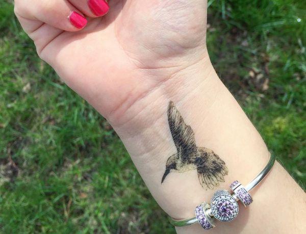 Kolibri Tattoo am Handgelenk für Frauen