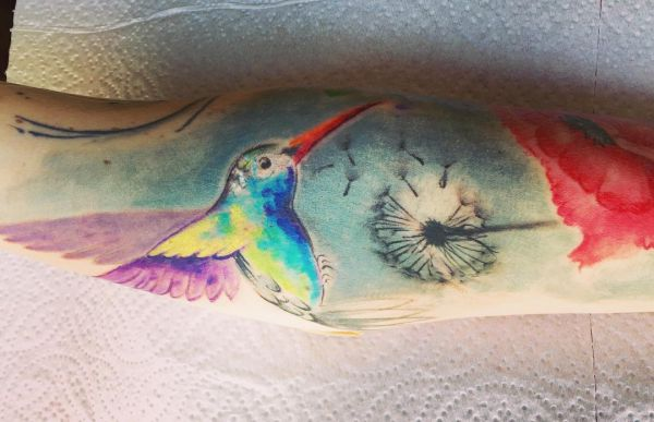 Kolibri mit Löwenzahn Tattoo auf dem Arm