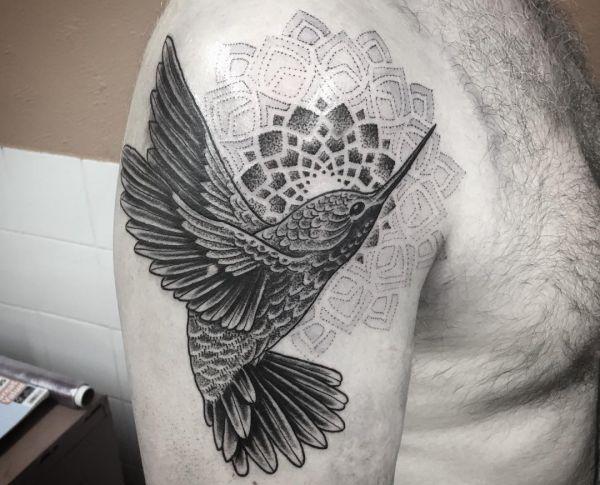 kolibri mit mandala tattoo schwarz weiß am oberarm