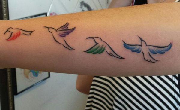 Kleine Kolibri Tattoo am Unterarm Seite