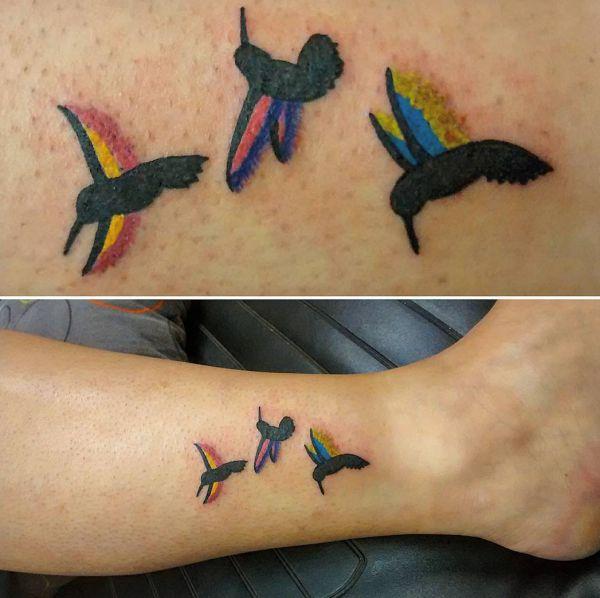 Kleine Bunte Kolibri Tattoo am Unterschenkel