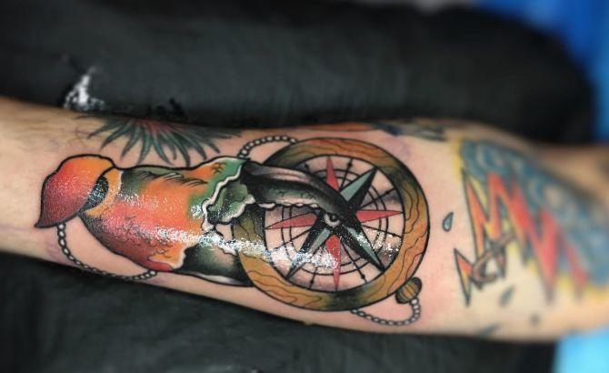 Krabbe mit Kompass auf dem Arm
