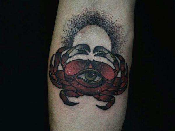 Krabbe mit Auge Rot am Unterarm