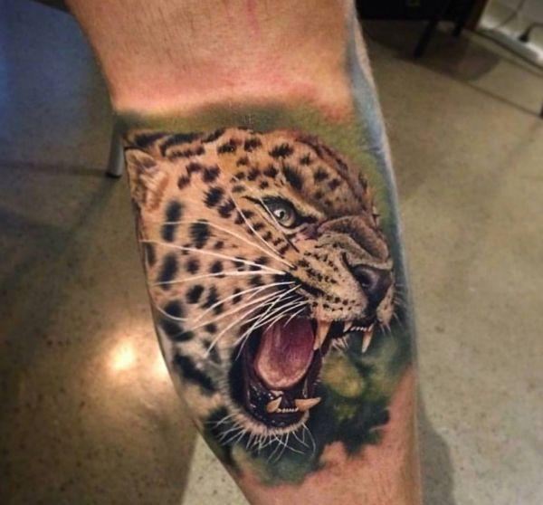 Leopardenkopf Design Realistisch am Unterschenkel