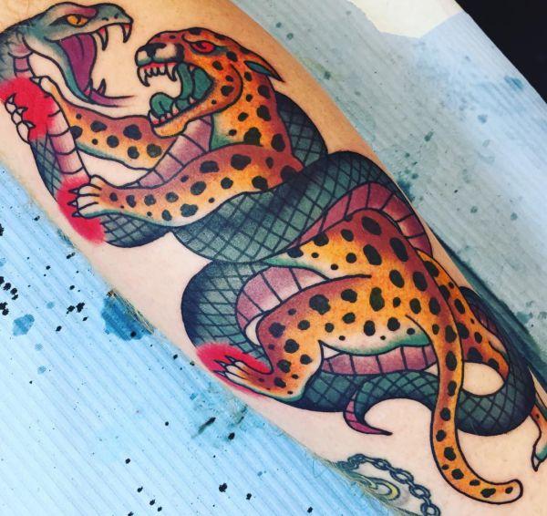 Leopard mit Schlange auf der Bein