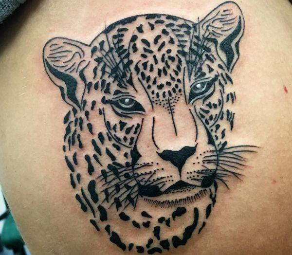 Leopardenkopf Design auf der Hüfte