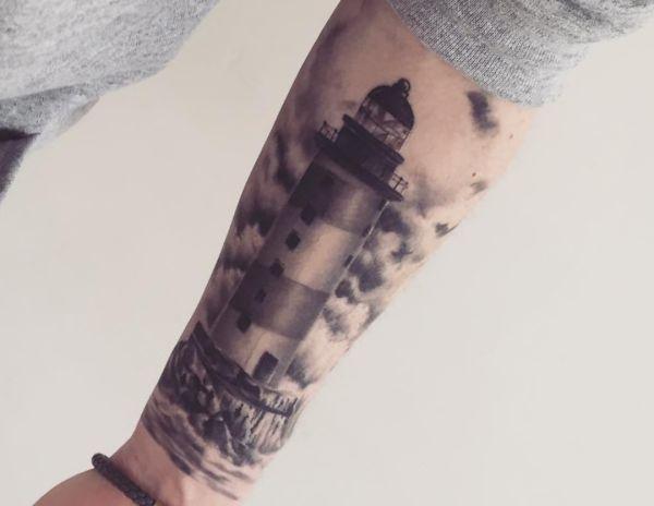 Leuchtturm schwarz und weiß am Unterarm