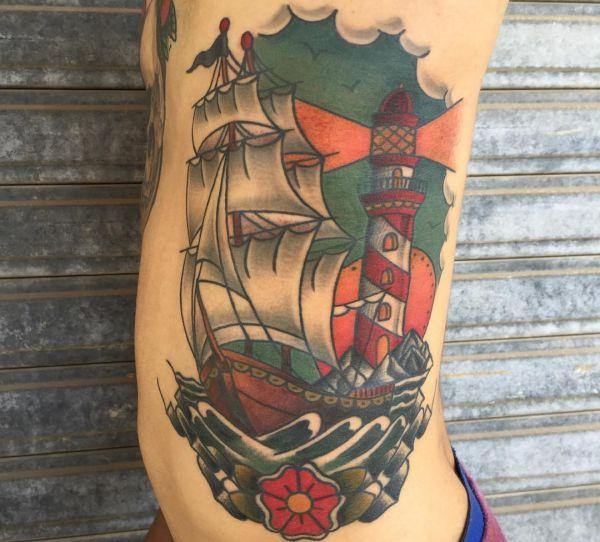 Leuchtturm mit Schiff und Blume am Rippenbogen