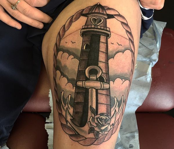 Leuchtturm mit Anker und Herz am Oberschenkel für Frau