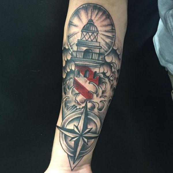 Leuchtturm mit Kompass und Wellen auf dem Arm