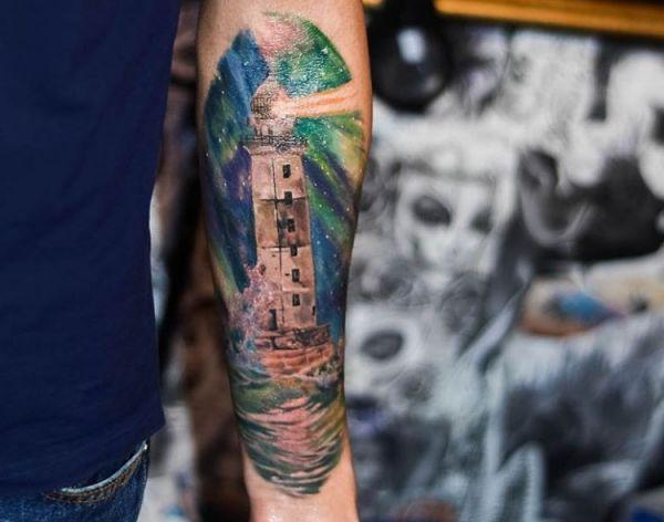 Leuchtturm realistisch auf dem Arm der Männer
