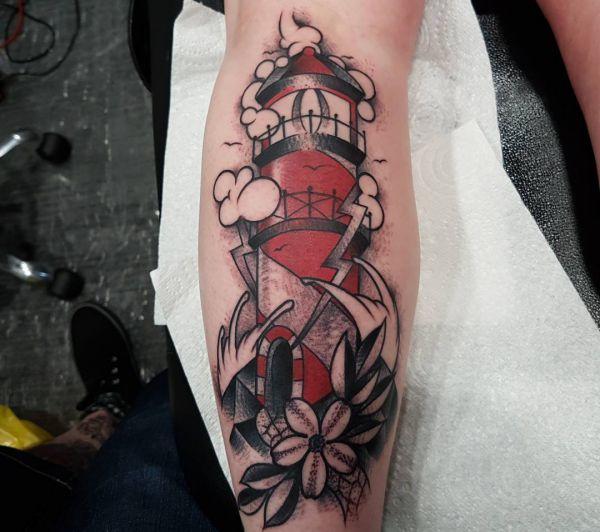 Leuchtturm Tattoo Rot am Unterschenkel