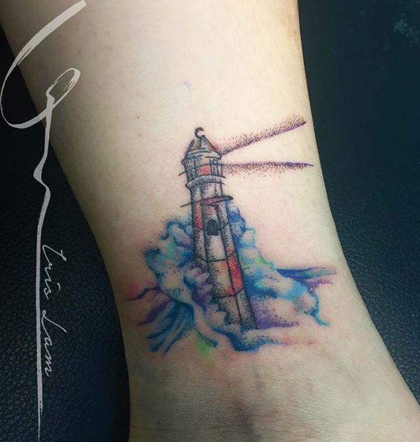 Kleine Leuchtturm Tattoo am Knöchel