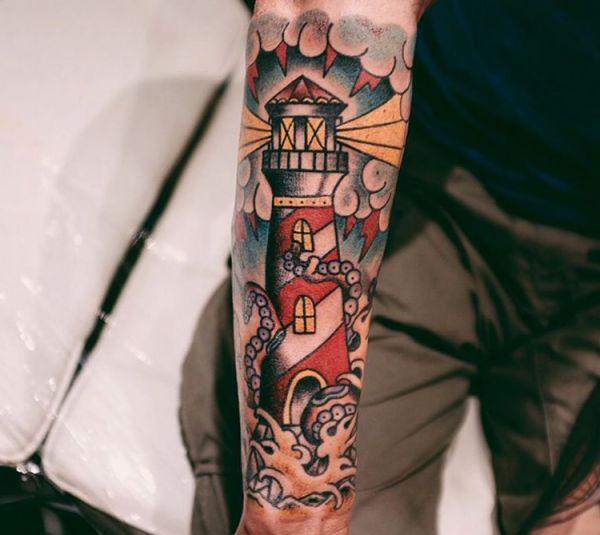 Leuchtturm mit Krake am Unterarm
