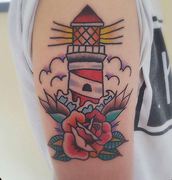 Leuchtturm mit Blume am Oberarm