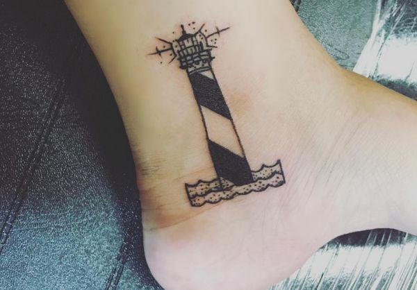 Leuchtturm schwarz und weiß am Knöchel