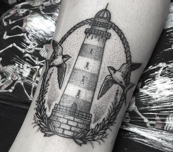 Leuchtturm mit Möwen schwarz und weiß am Unterschenkel