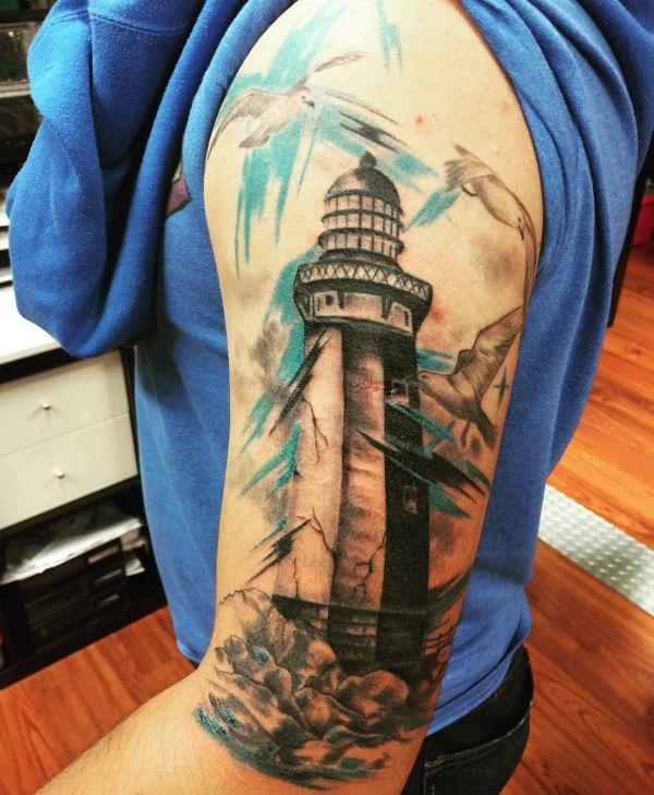 Leuchtturm mit Möwen am Oberarm