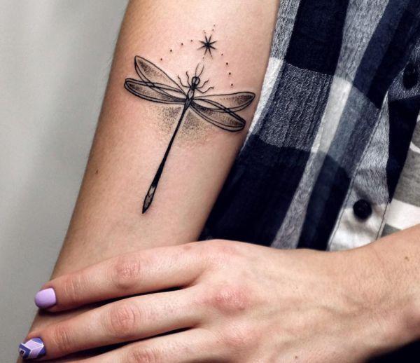Tattoo Libelle am Unterarm Schwarz und weiß