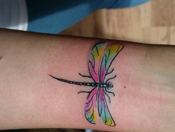 Bunte Kleiner Libelle Design am Unterarm