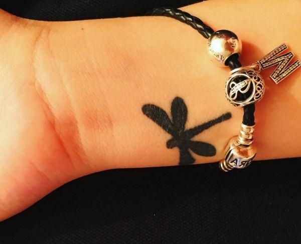 Kleiner Libelle Design am Handgelenk