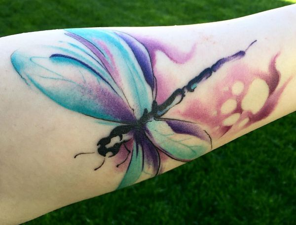 Aquarell Tattoo Libelle am Unterarm