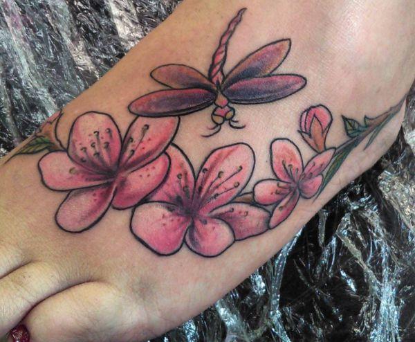 Libelle mit Blumen Design am fuß