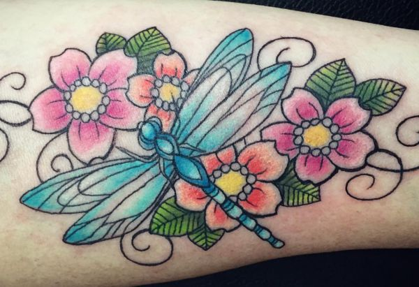 Libelle mit Blumen Design auf der Bein