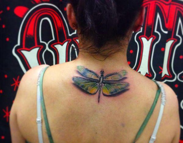 Libelle Tattoo Design im Nacken