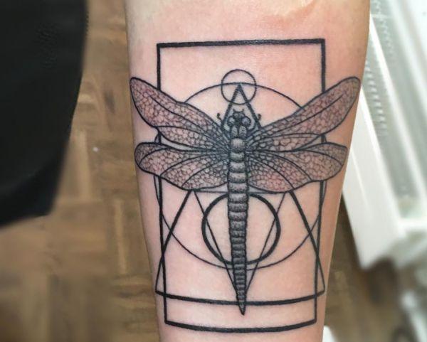 Geometrisch Libelle Tattoo Design am Unterarm