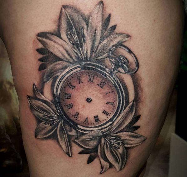 Lilien und Uhr Tattoo Design auf der Hüfte