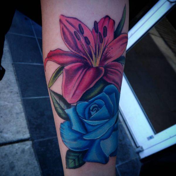 Rote Lilien und Blau Rosen Design auf dem Arm