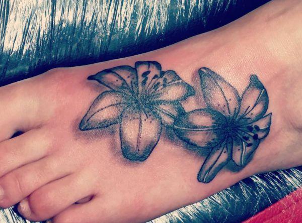Lilie Design am Fuß schwarz und weiß