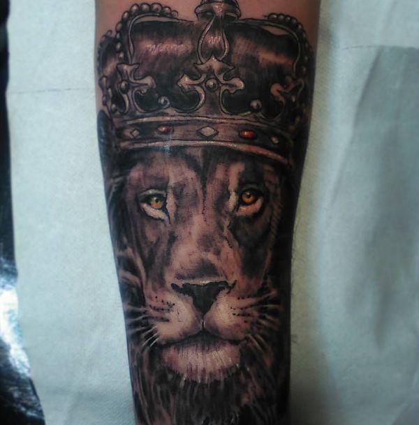 Löwenkopf mit Krone Design auf dem Arm