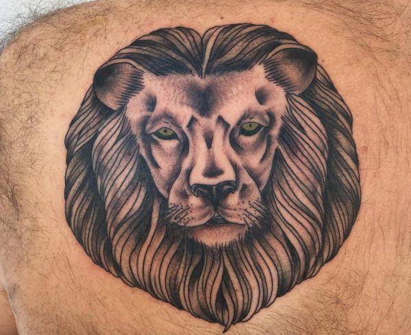 Löwenkopf Tattoo am Rücken