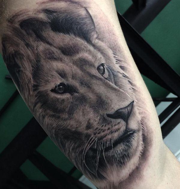 Löwe Realistisch Design am Oberarm