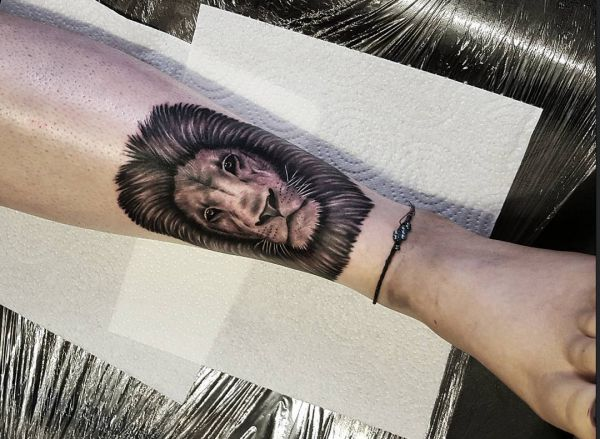 Löwe Design auf der Bein