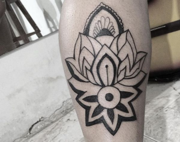 Lotus Tattoo Idee am Unterschenkel
