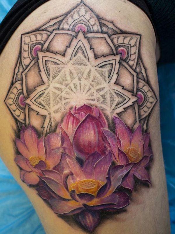 Lila Lotus Tattoo mit Mandala auf der Hüfte