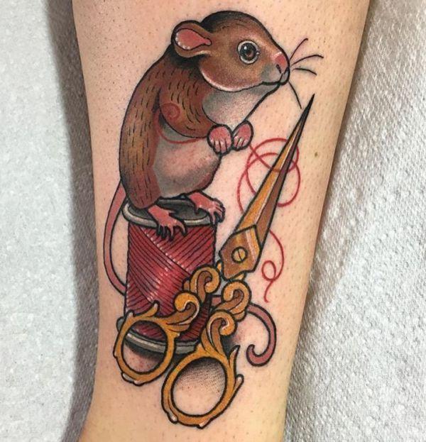Maus Tattoo mit Schere und Garn am Unterschenkel