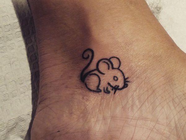 Kleiner Maus Tattoo Design am Knöchel