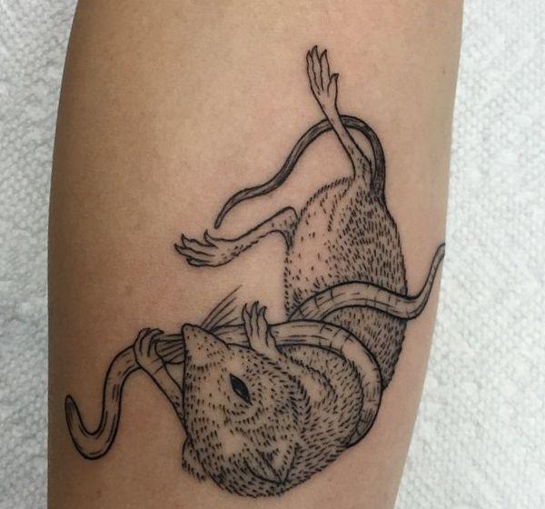 Maus mit Wurm Tattoo Design auf dem Arm