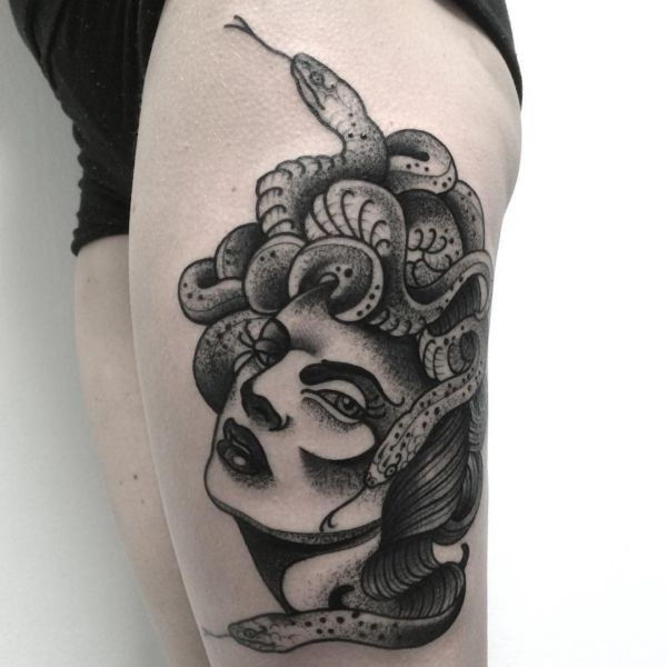 Medusa Design am Oberschenkel
