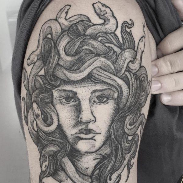 Medusa Tattoo am Oberarm