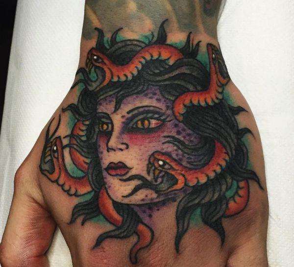 Medusa Tattoo auf der Hand